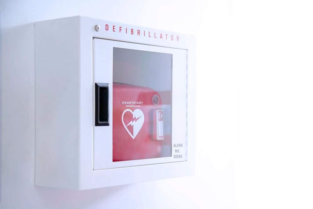 Desfibrilador externo automatizado (AED) en caja blanca en la pared - Para qué sirve