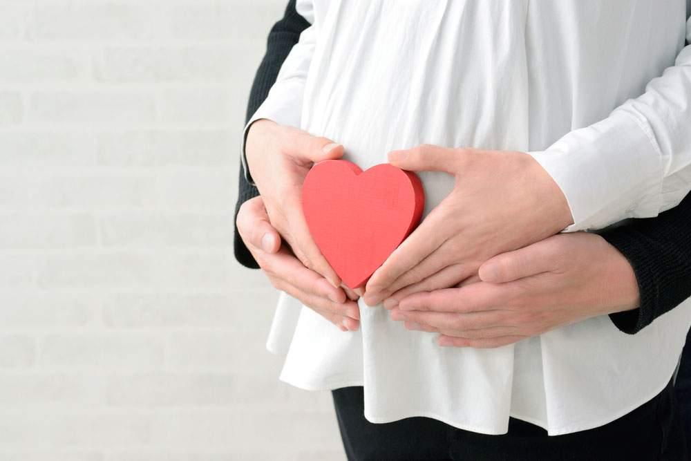 mujer embarazada con corazón que simboliza el RCP en embarazadas