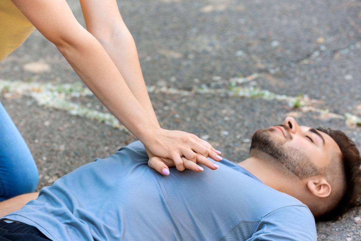 Maniobra de primeros auxilios en espacio cardioprotegido